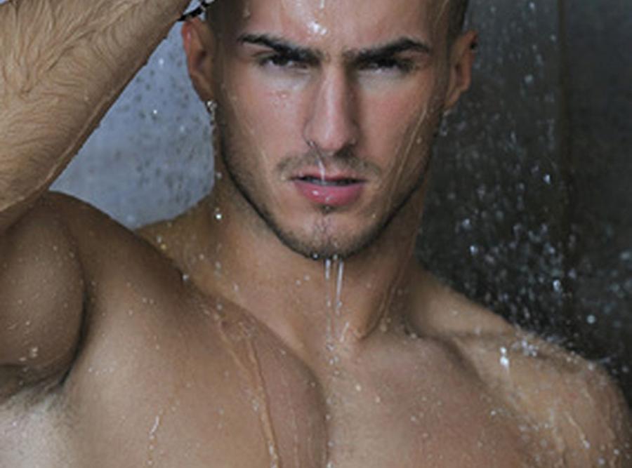 Facet pod prysznicem