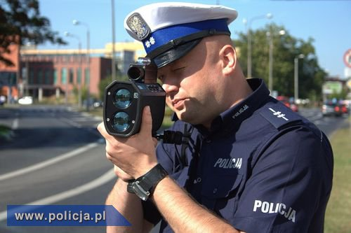 Policjant z miernikiem prędkości