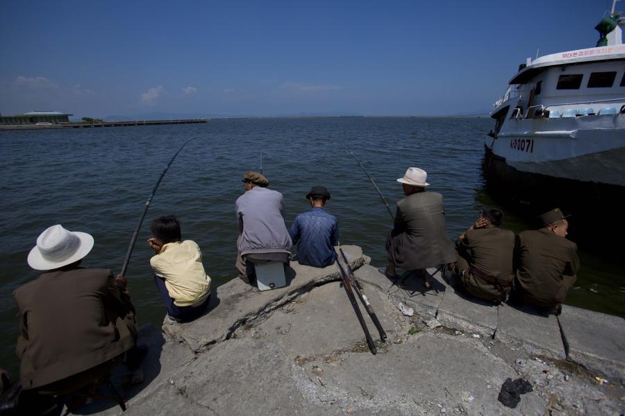 Rybacy na nadbrzeżu