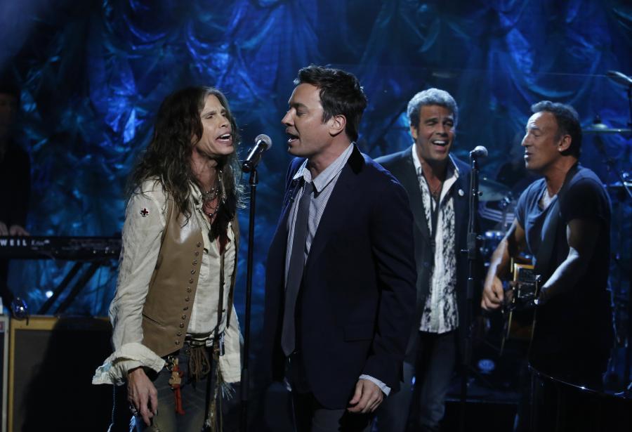 "Steven Tyler, Jimmy Fallon, Mark Rivera i Bruce Springsteen podczas koncertu dla ofiar huraganu ""Sandy"""