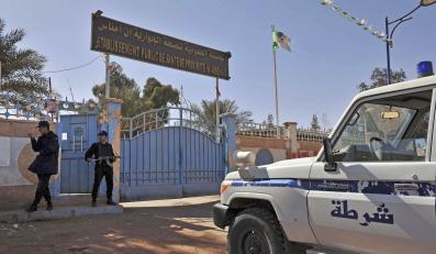 Algierskie oddziały przed szpitalem w Amenas