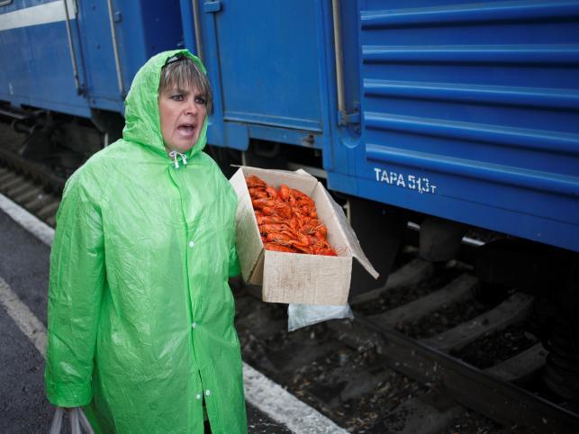 Wystarczy, że pociąg stanie, a zaraz otacza go tłum handlarzy