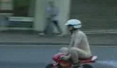 Nagi motocyklista pędził między autami