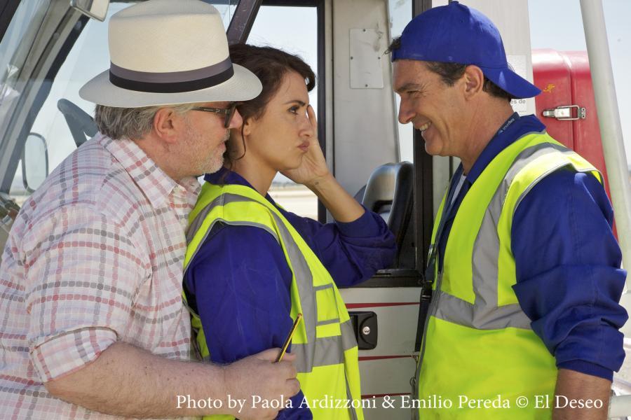 "Penelope Cruz, Antonio Banderas i Pedro Almodóvar na planie filmu ""Przelotni kochankowie"""
