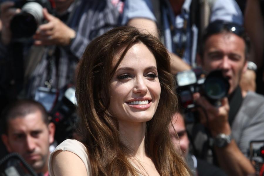 Angelina Jolie opowie historię Captain Marvel?