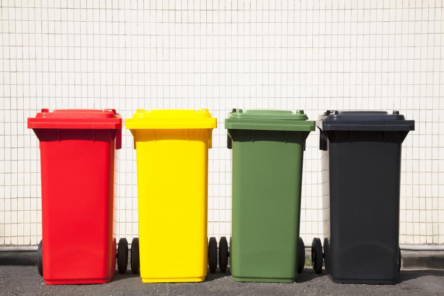 Kolorowe kosze na śmieci