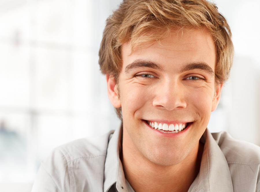 Mężczyzna uśmiecha się
