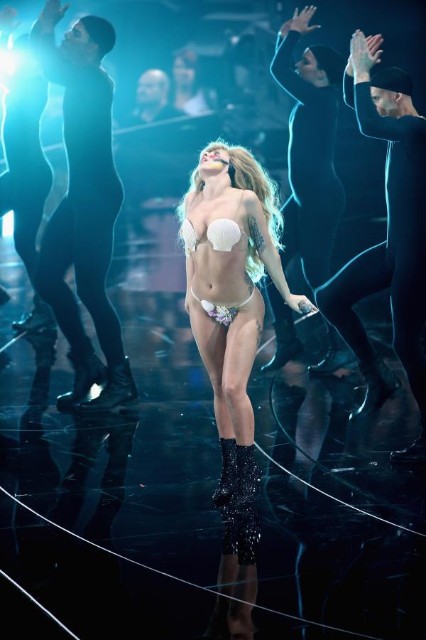 Lady GaGa podczas występu na gali MTV Video Music Awards 2013