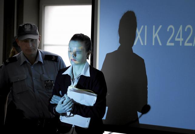 Katarzyna W. wchodzi na salę rozpraw