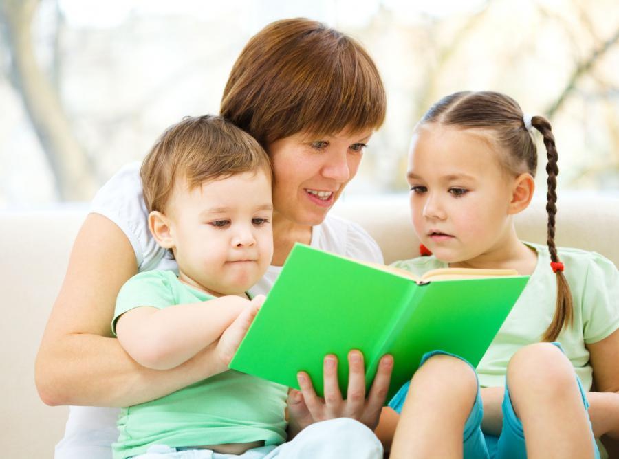 Mama czyta dzieciom książkę