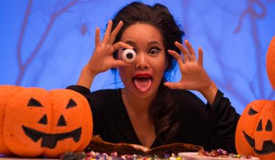 Kobieta w kostiumie na Halloween