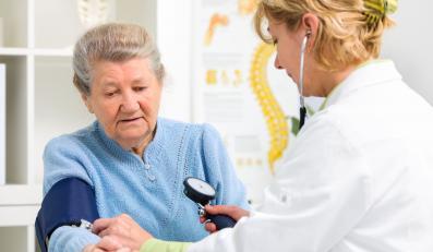 Starsza kobieta u lekarza