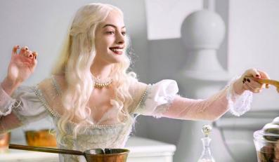 """Anne Hathaway jako Biała Królowa z """"Alicji w Krainie Czarów"""""""