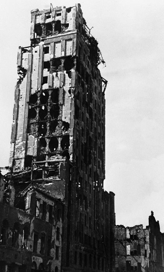 Symbol przedwojennej Warszawy, 30-piętrowy wieżowiec Prudential. W czasie Powstania Warszawskiego trafiło go około 1000 pocisków