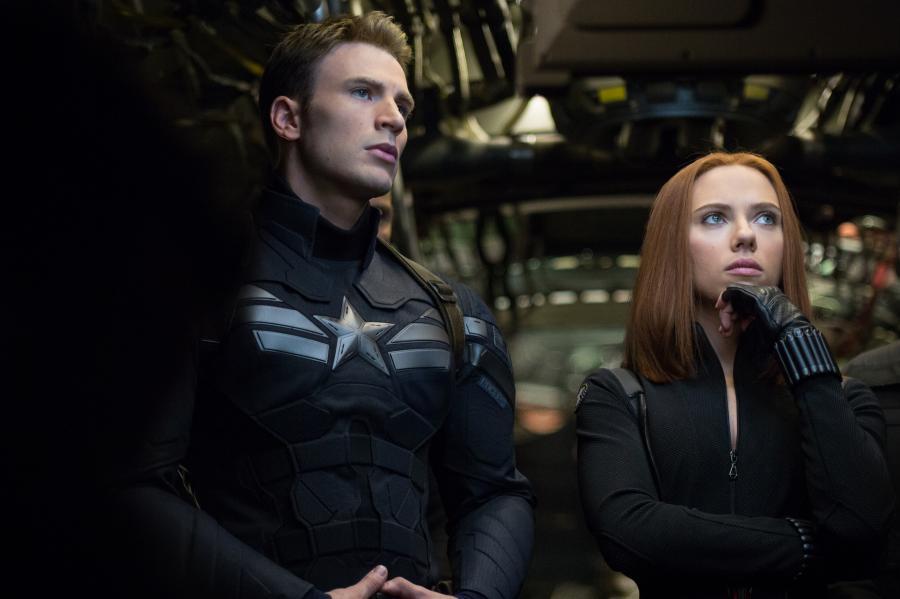 """Scarlett Johansson i Chris Evans w filmie """"Captain America: Zimowy żołnierz"""""""
