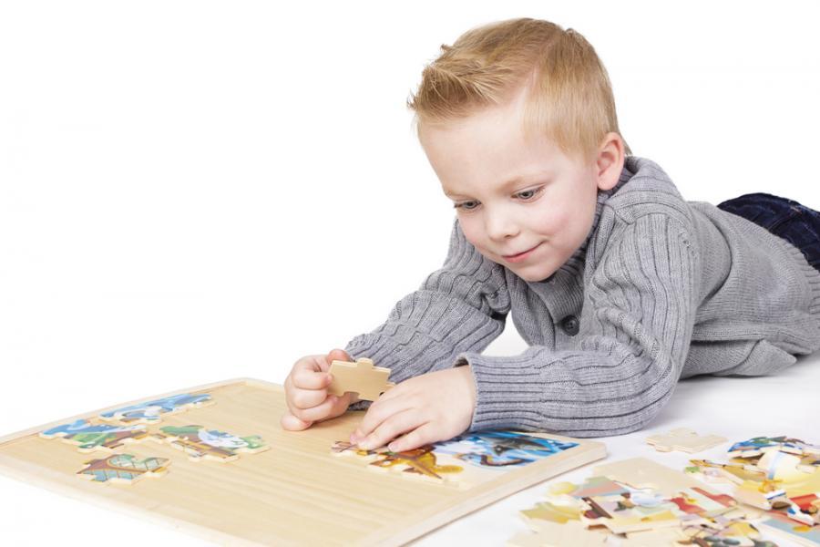 Chłopiec układający puzzle