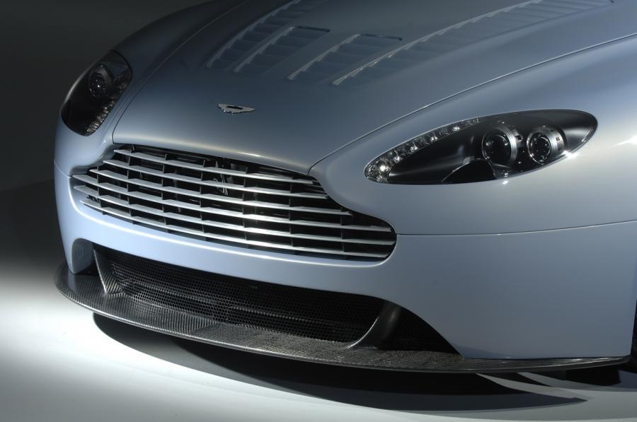 Auto z ogromnych prędkości zatrzymuje karbonowo-kompozytowy układ hamulcowy