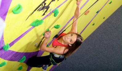 Ewa Chodakowska na ściance wspinaczkowej Murall