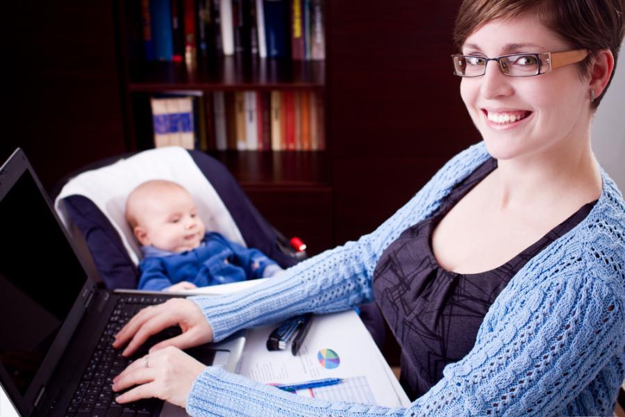 Kobieta z niemowlęciem przy komputerze