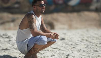 Ricky Martin wytatuowany na plaży śpiewa hit na Mundial 2014