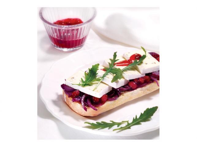 Ciabata z serem Hochland Brie z ziołami i konfiturą z czerwonej cebuli