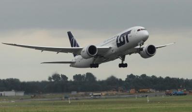 Dreamliner startuje z lotniska Okęcie