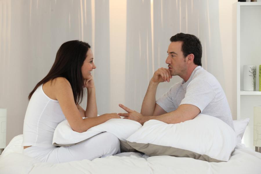 Para rozmawiająca w łóżku