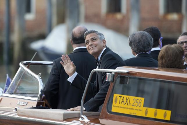 """Clooney z uśmiechem na twarzy przybył Wielkim Kanałem do pięknego hotelu """"Aman Canal Grande"""""""