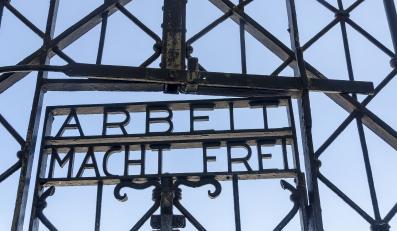 """Napis """"Arbeit macht frei"""" na bramie Dachau"""
