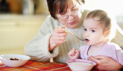Babcia karmiąca niemowlę