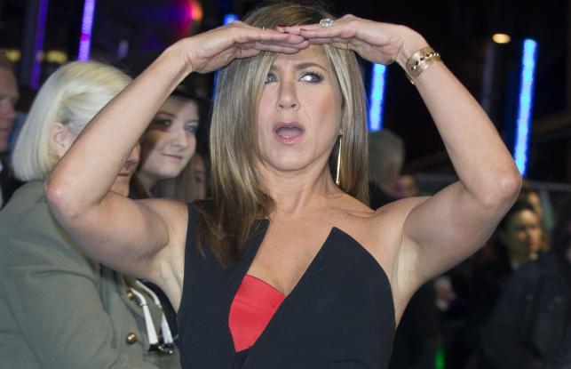 """Jennifer Aniston na premierze filmu """"Szefowie wrogowie 2"""" w Londynie"""