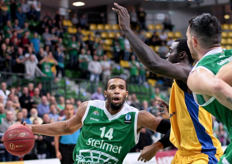 Koszykarz Stelmetu Zielona Góra Quinton Hosley (L) blokowany przez Harvey\'a Granta (C) z BK Ventspils podczas meczu Pucharu Europy