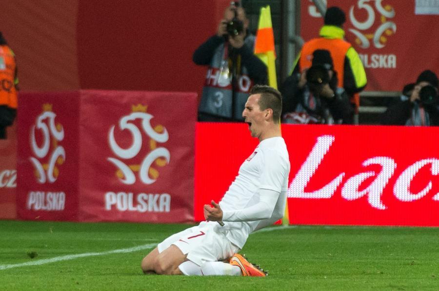 Gracz reprezentacji Polski Arkadiusz Milik fetuje strzelenie gola Szwajcarii i jest 2:1 w towarzyskim piłkarskim meczu we Wrocławiu