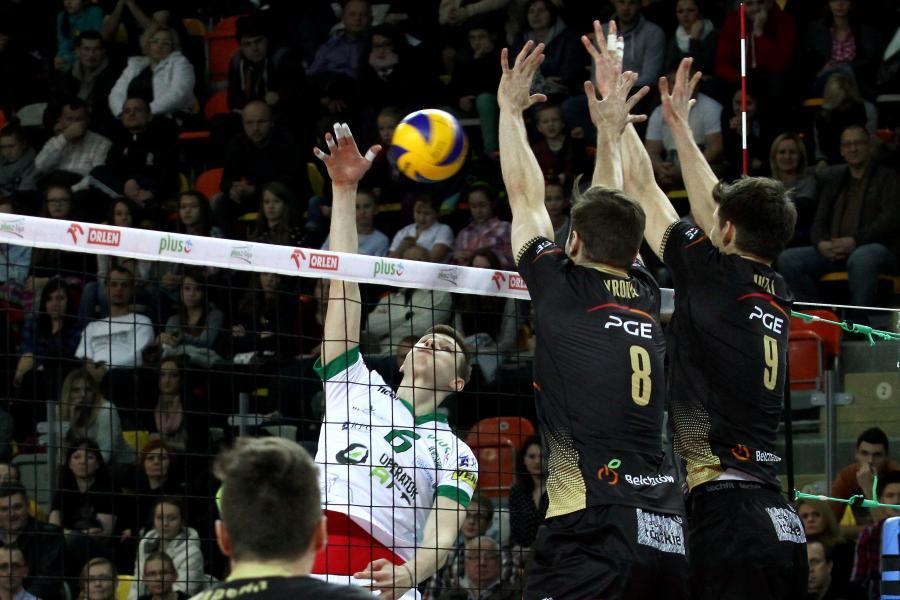 Siatkarz AZS Częstochowa Rafał Szymura (L) atakuje po bloku Andrzeja Wrony (C) i Macieja Muzaja (P) z PGE Skry Bełchatów