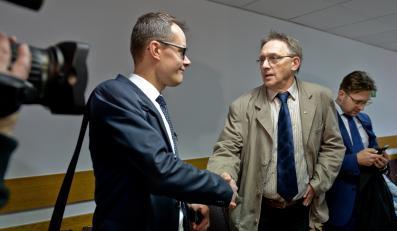 Fotoreporter PAP Tomasz Gzell (drugi z prawej) i dziennikarz TV Republika Jan Pawlicki (pierwszy z lewej), przed rozprawą przed Sądem Rejonowym w Warszawie