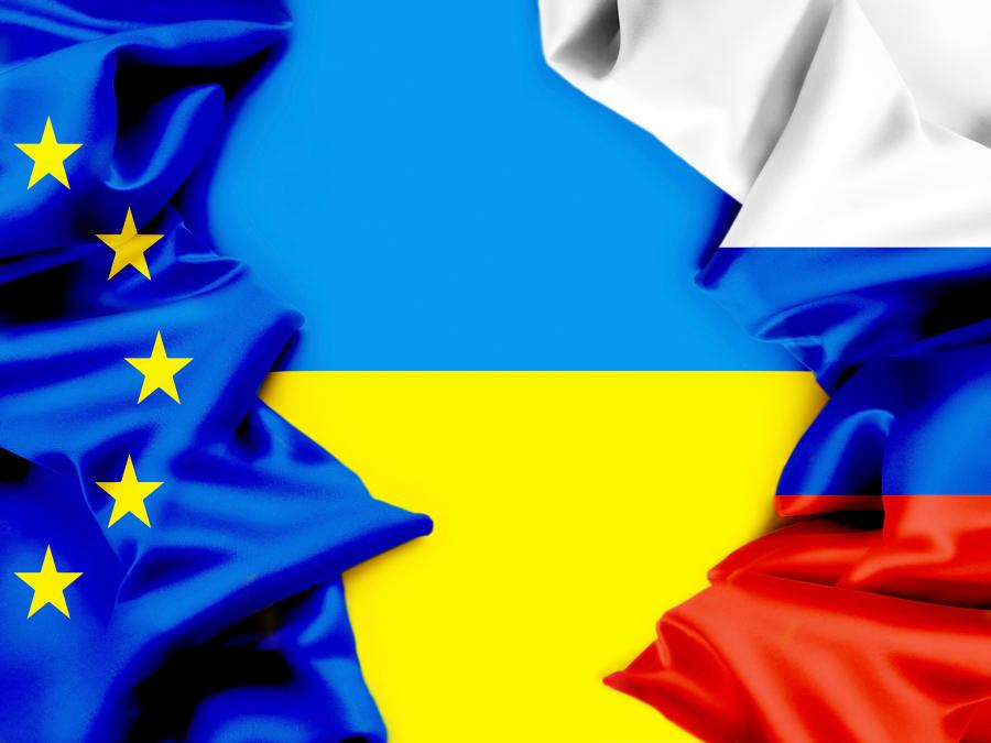 Flagi Rosji i Unii Europejskiej na tle flagi Ukrainy