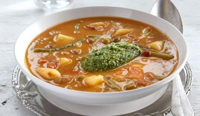 Gęsta zupa z makaronem i pesto