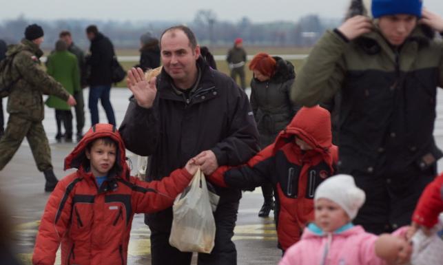 Uchodźcy z Donbasu już w Polsce. Wzruszające sceny na lotnisku. ZDJĘCIA