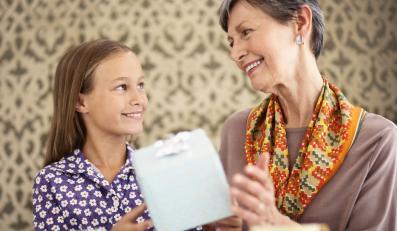 Wnuczka dająca prezent babci