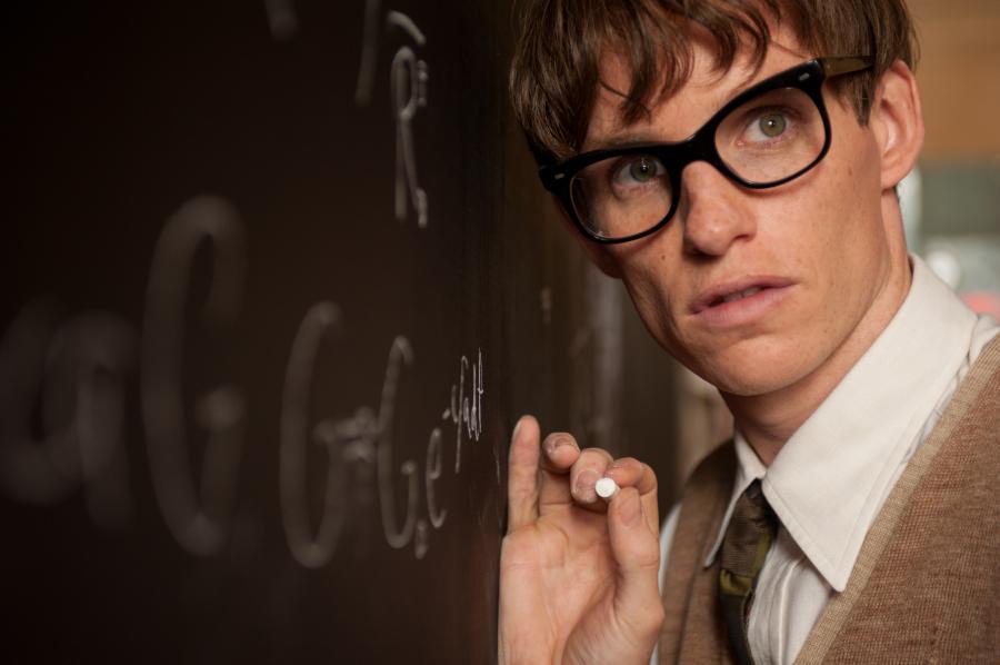 Eddie Redmayne jako Stephen Hawking w filmie \
