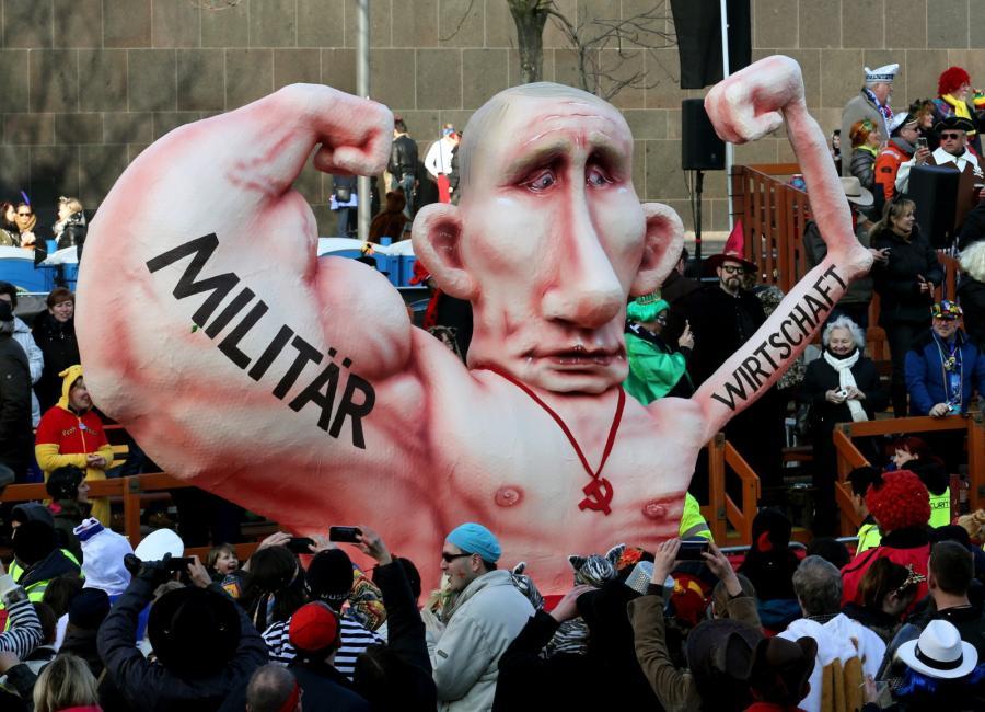 Władimir Putin na karnawale w Duesseldorfie. Jedno ramię to siła miliarna, drugie to słabość ekonomiczna