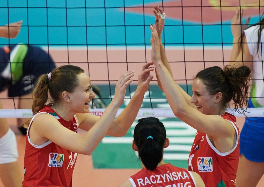 Siatkarki PGNiG Nafta Piła Katarzyna Nadziałek (L) i Joanna Sobczak (P) cieszą się z punktu podczas meczu Ekstraklasy z Atomem Trefl Sopot