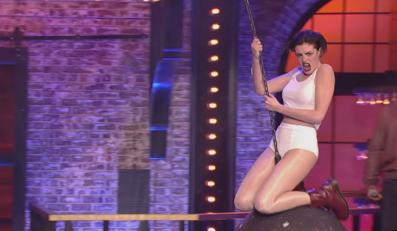 "Anne Hathaway jak Miley Cyrus w ""Lip Sync Battle"""