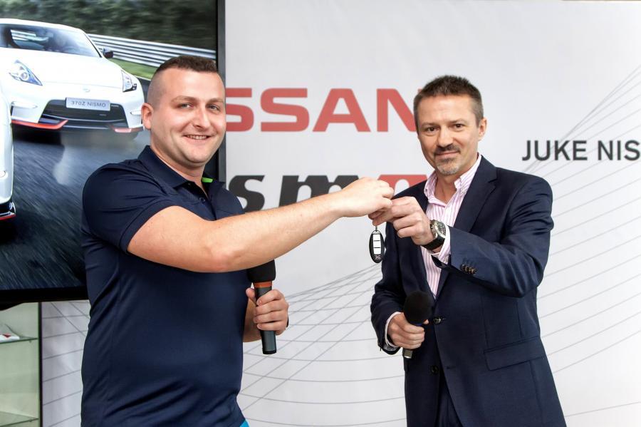 """""""To spełnienie moich marzeń i ukoronowanie pasji motoryzacyjnej"""" - powiedział Michał z Gdyni, podczas gdy Andrzej Żelazny, dyrektor polskiego oddziału Nissana wręczał mu kluczyki do białego Nissana GT-R NISMO"""