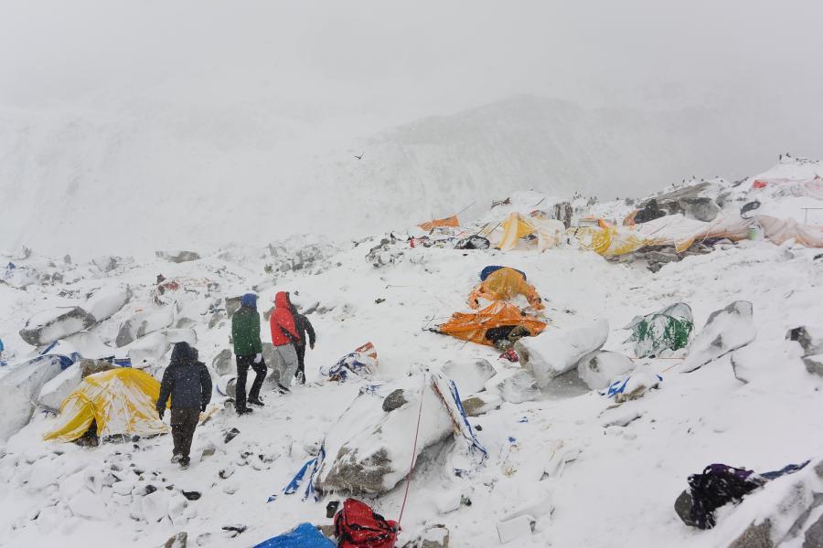 Lawina pod Mount Everestem