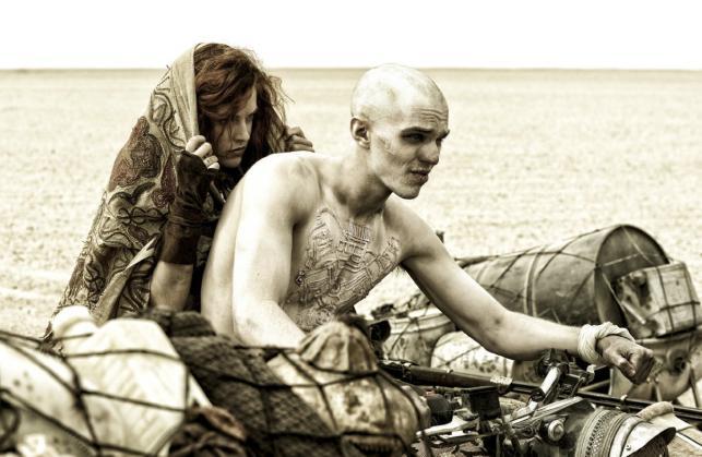 "Nicholas Hoult i Riley Keough w filmie ""Mad Max: Na drodze gniewu"""