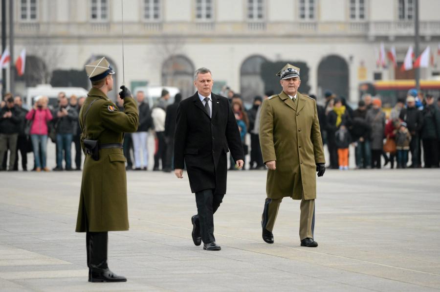 Szef MON Tomasz Siemoniak na Placu Piłsudskiego w czasie obchodów Dnia Pamięci Żołnierzy Wyklętych