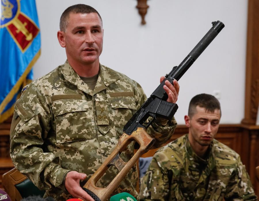 Ukraińcy pokazują broń schwytanych Rosjan