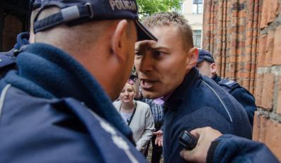 Młody mężczyzna który  próbował dostać się w pobliże wchodzącego do toruńskiego ratusza prezydenta Bronisława Komorowskiego