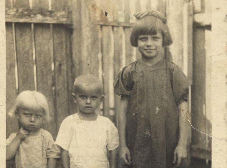 Od lewej: Kropka, Jaś i Terenia. Zdjęcie zrobione około rok przed pacyfikacją Soch (fot. archiwum autorki)